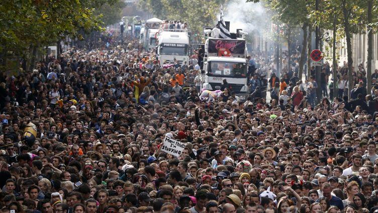 La foule à la 17e édition de la Techno Parade à Paris, le 19 septembre 2015 (THOMAS SAMSON / AFP)