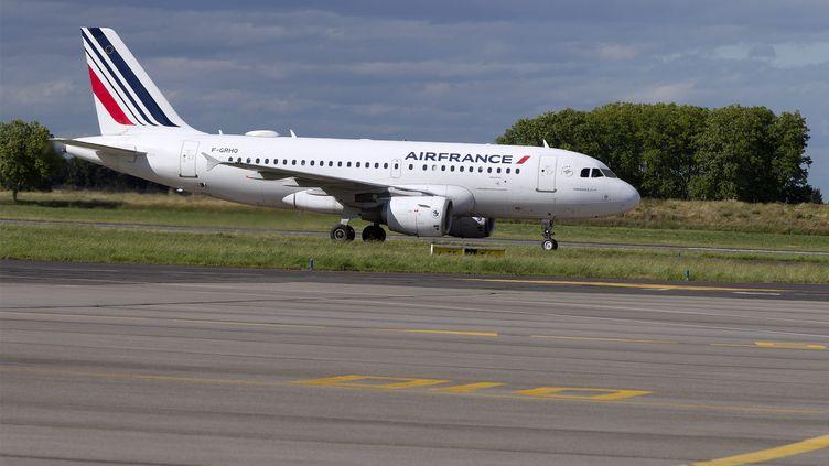 Un avion sur la piste d'aéroport de Montpellier. (Illustration). (GUILLAUME BONNEFONT / MAXPPP)
