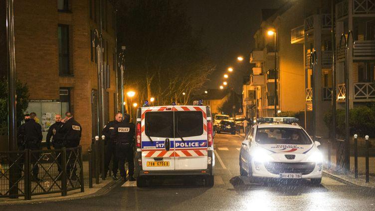 La police mène une perquisition dans un appartement d'Argenteuil le 25 mars 2016. (GEOFFROY VAN DER HASSELT / AFP)