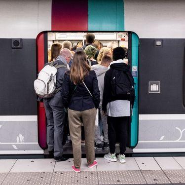 Des voyageurs entrent dans un RER D le 13 septembre 2019, alors que des syndicats ont appelé à la grève ce jour-là. (SAMUEL BOIVIN / NURPHOTO/AFP)