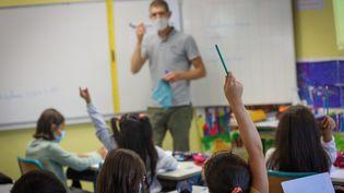 Un enseignant dans une salle de classe d'une école de Montbéliard (Doubs), le 2 septembre 2021. (MAXPPP)
