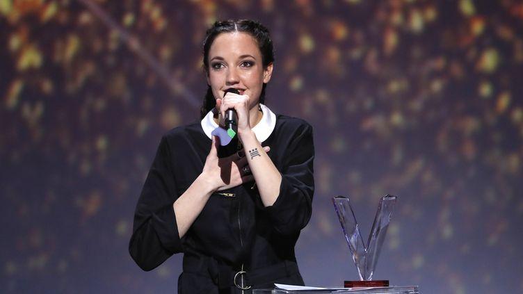 Jain s'adresse au public du Zénith de Paris après sa Victoire de l'artiste féminine de l'année, le 10 février 2017. (THOMAS SAMSON / AFP)