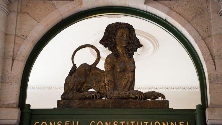 L'entrée du Conseil constitutionnel, surmontée d'un sphinx, le 21 juillet 2020. (LUDOVIC MARIN / AFP)