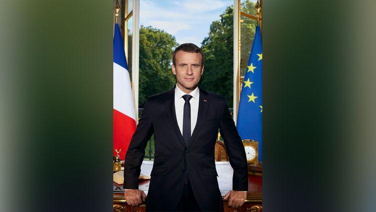 Le portrait officiel d'Emmanuel Macron. (Capture d'écran Twitter.)