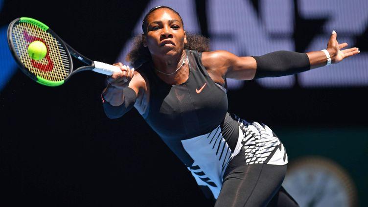 Serena Williams, lors d'un matchcontre Johanna Konta, le 25 janvier 2017, à Melbourne (Australie). (MASAHIRO SUGIMOTO / YOMIURI / AFP)