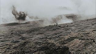"""Des soldats allemands sous les bombardements, dans le no man's land de Verdun. Capture d'écran extraite du documentaire """"Apocalypse Verdun"""", diffusé sur France 2, le 21 février 2016. (© Cinémathèque de Toulouse)"""