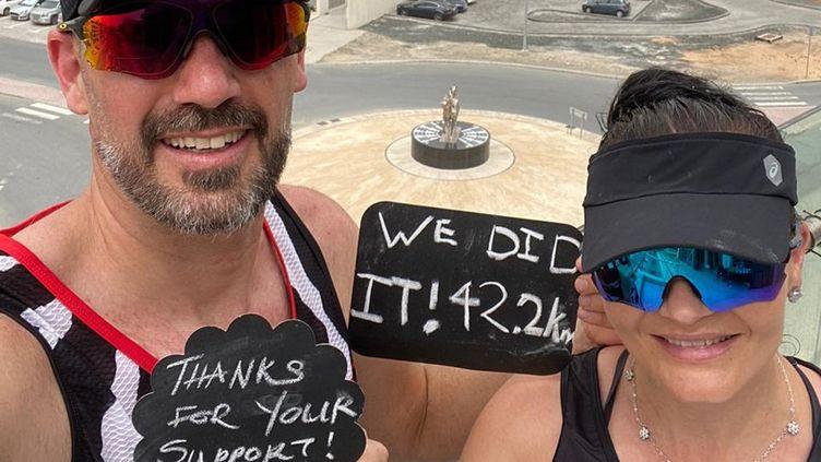 La photo de Collin et Hilda Allin après leur marathon sur leur balcon, le 28 mars 2020 à Dubaï (Emirats arabes unis). (COLIN AND HILDA ALLIN / AFP)