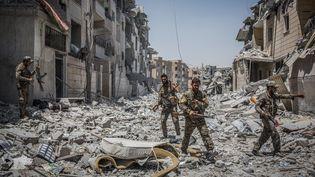 Des combattants des Forces démocratiques syriennes, dans le quartier Al-Dariya de Raqqa (Syrie), le 24 juillet 2017. (MORUKC UMNABER / DPA / AFP)
