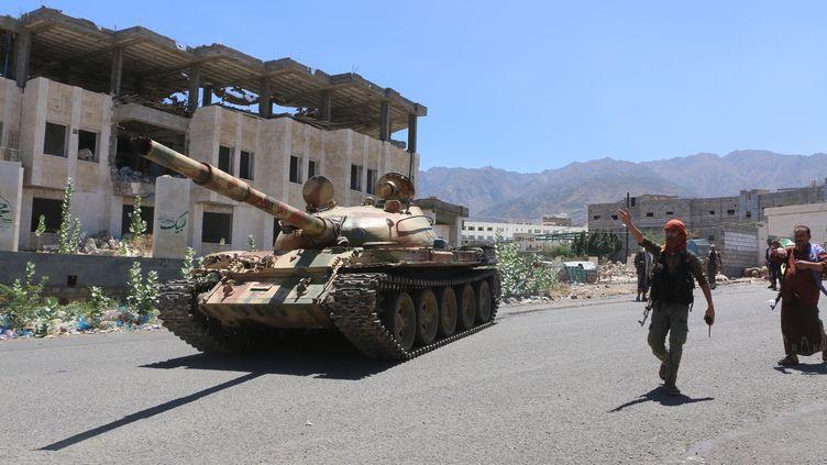Des soldats loyaux au président Abd Rabbo Mansour Hadi, à Taïz, au Yémen, le 14 mars 2016. (ABDULNASSER ALSEDDIK / ANADOLU AGENCY / AFP)