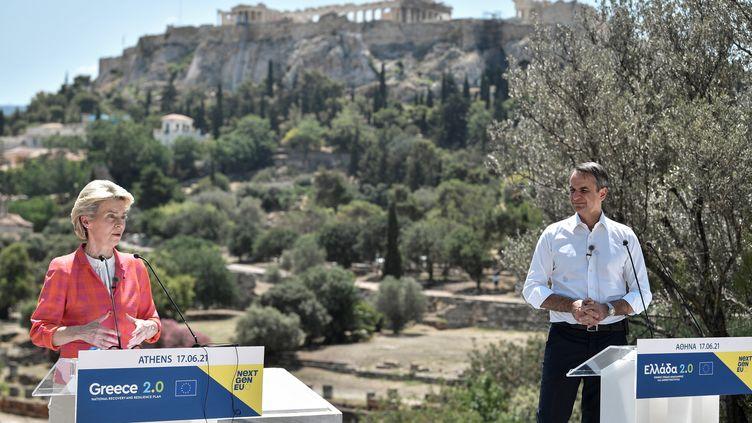 La présidente de la Commission européenne, Ursula von der Leyen, prononce un discours à côté du Premier ministre grec, Kyriakos Mitsotakis, lors d'une présentation du plan de relance économique de la Grèce à l'Agora d'Athènes, le 17 juin 2021. (LOUISA GOULIAMAKI / POOL / AFP)