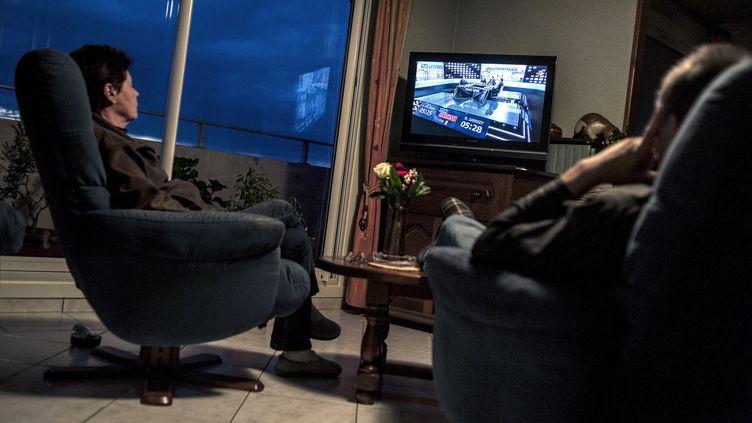 17,79 millions de téléspectateurs ont suivi le débat entre Nicolas Sarkozy et François Hollande à la télévision le 2 mai 2012. (JEFF PACHOUD / AFP)