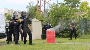 Des futurs policiers lors d'un entraînement à l'école de police de Reims (Marne), le 23 juin 2021. (PAOLO PHILIPPE / FRANCEINFO)