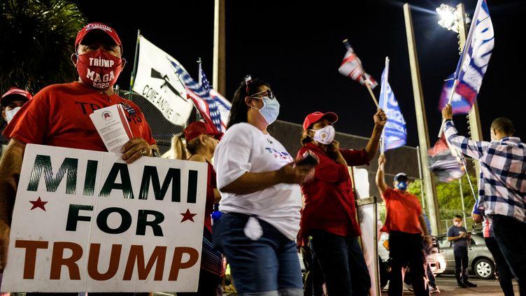 Des partisans de Donald Trump rassemblés devant un bureau de vote à Miami, en Floride, le 3 novembre 2020. (MARIA ALEJANDRA CARDONA / REUTERS)