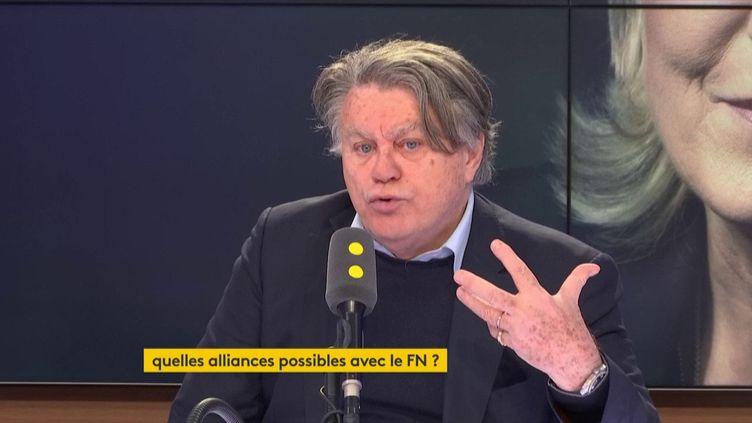 """Gilbert Collard, député FN du Gard, invité de franceinfo, samedi 10 mars dans le """"8h30 politique"""". (CAPTURE D'ECRAN/FRANCEINFO)"""