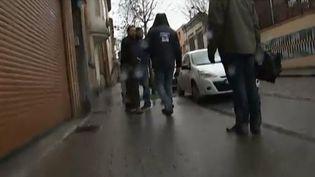 Capture d'écran d'une vidéo de France 3 montrant l'agression de deux équipes de journalistes à Molenbeek (Belgique), le 15 janvier 2016. (FRANCE 3)