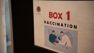 Une affiche dans un centre de vaccination contre le Covid-19, à Saint-Ouen (Seine-Saint-Denis), le 6 mars 2021. (ANDREA SAVORANI NERI / NURPHOTO / AFP)