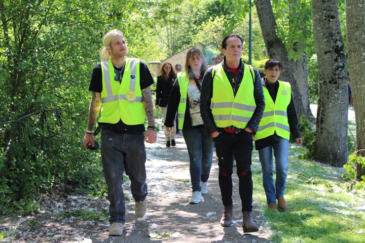 """Francis Lalanne et des """"gilets jaunes"""" en Vendée, le 15 mai 2019. (ROBIN PRUDENT / FRANCEINFO)"""