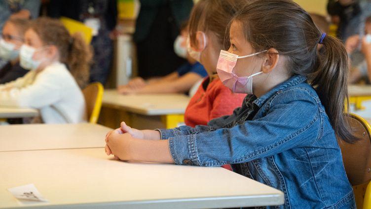 Des élèves dans une école primaire à Ligne (Loire-Atlantique), lors de la rentrée scolaire, le 2 septembre 2021. (ESTELLE RUIZ / HANS LUCAS)