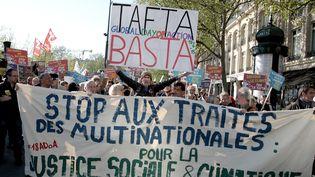 Des manifestants protestent contre le traité transatlantique, le 18 avril 2015, place de la République à Paris. (CITIZENSIDE / ERIC COQUELIN / AFP)