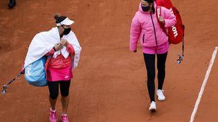 La BélarusseVictoria Azarenka (droite) et la Montégrine Danka Kovinic sur le court Suzanne-Lenglen de Roland-Garros, à Paris, le 27 septembre 2020. (THOMAS SAMSON / AFP)