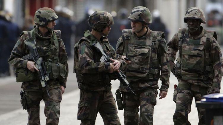 Des tirs nourris, un centre-ville bouclé et survolé par un hélicoptère: un assaut policier d'ampleur a été lancé à Saint-Denis, aux portes de Paris, ciblant Abdelhamid Abaaoud, organisateur présumé des attentats qui ont fait 129 morts le 13 novembre 2015. Au cours de cette opération, sept personnes ont été interpellées et deux autres ont été tuées, dont une femme qui a déclenché son gilet explosif au début de l'assaut. Un acte sans précédent en France. (AFP - Kenszo Tribouillard)