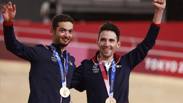 Donavan Grondin (à gauche) et Benjamin Thomas, médaillés de bronze de la course à l'américaine des Jeux de Tokyo. (ODD ANDERSEN / AFP)