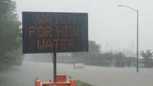 Une voiture en perdition dans le nord de Houston, aux Etats-Unis, où les pluies se poursuivent lundi 28 août 2017. (PHILIPPE RANDÉ / RADIO FRANCE)