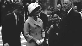 Jackie et John F. Kennedy rencontrent Charles de Gaulle et sa femme Yvonne lors de leur visite en France en mai 1961 (DALMAS/SIPA).