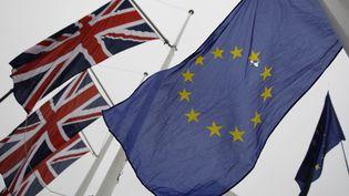 Les drapeaux britannique et européen, le 30 janvier 2020. (TOLGA AKMEN / AFP)