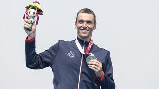 Le Français Alexis Hanquinquant, médaillé d'or en triathlon aux Jeux paralympiques, samedi 28 août 2021. (CHARLY TRIBALLEAU / AFP)