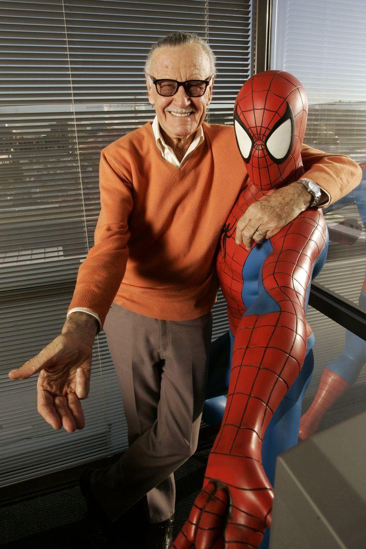 Le créateur de comics Stan Lee en compagnie de Spiderman, dans ses bureaux de Beverly Hills (Etats-Unis), le 18 décembre 2008. (JONATHAN ALCORN/ZUMA/REA)