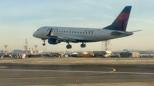 Un avion de la compagnie Delta le 8 décembre 2019 à l'aéroport Ronald Reagan de Washington (Etats-Unis). (DANIEL SLIM / AFP)