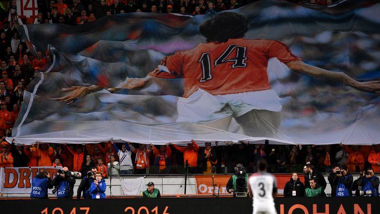 Le numéro 14 de Johan Cruyff, dans les tribunes de l'ArenA d'Amsterdam, lors du match amical entre les Pays-Bas et la France.