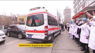 Une ambulance quitte un hôpital en Chine (FRANCEINFO)