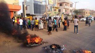 Des manifestants dans les rues de Khartoum après l'offensive de militaires au Soudan, le 25 octobre 2021. (RASD SUDAN NETWORK / ANADOLU AGENCY / AFP)