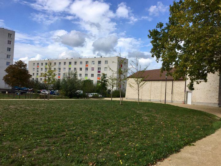 Rénovation urbaine, réhabilitation de logements aux Mureaux avec la création d'espaces verts et lieux culturels. (ALICE KACHANER / FRANCEINFO  RADIO FRANCE)