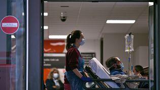 Une soignante prend en charge un patient à l'intérieur de l'hôpital Saint Thomas à Londres, au Royaume-Uni, le 1er avril 2020. (DANIEL LEAL-OLIVAS / AFP)
