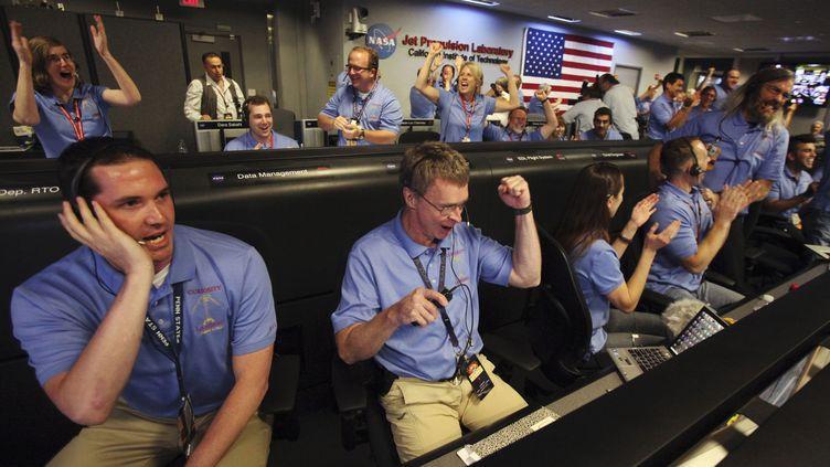 La joie des employés de la Nasaen Californie (Etats-Unis) après l'atterrissage réussi durobot Curiosity sur Mars, lundi 6 août. (BRIAN VAN DER BRUG / REUTERS)