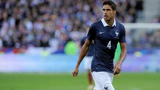Raphaël Varane participe à un match amical de la France contre l'Allemagne, le 13 novembre 2015, au Stade de France, à Paris. (GREIG COWIE / BACKPAGE IMAGES LTD / AFP)