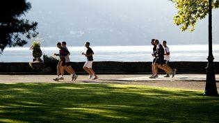 Des joggers le long du lac d'Annecy. (PHILIPPE ROY / PHILIPPE ROY)