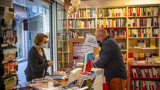 Une cliente chez un libraire. Photo d'illustration (IDHIR BAHA / HANS LUCAS / AFP)