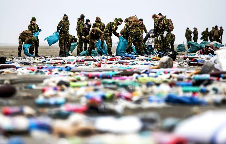 Des militaires néérlandais nettoient la plage à Schiermonnikoog (Pays-Bas),le 4 janvier 2019. (REMKO DE WAAL / ANP / AFP)