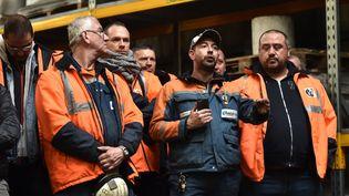 Des employés de l'aciérie Ascoval s'adressent à desjournalistes sur le site, le 24 octobre 2018, à Saint-Saulve (Nord). (FRANCOIS LO PRESTI / AFP)