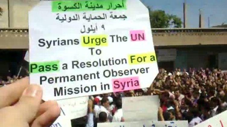 Un message brandit par un manifestant, dans la banlieue de Damas, le 9 septembre 2011 (AFP/YOUTUBE)