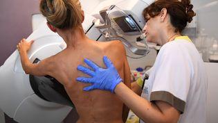 Une patiente est photographiée avant une mammographie à Marseille, dans les Bouches-du-Rhône, le 9 octobre 2017. (ANNE-CHRISTINE POUJOULAT / AFP)