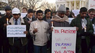 Des partisans de la régulation de la vente des armes à feu aux Etats-Unis, se sont rassemblés devant la Maison-Blanche à Washington, vendredi 14 décembre. (LARRY DOWNING / REUTERS )