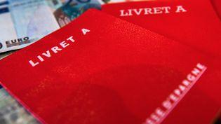 Des livrets A sur des billets de banque. (AFP)