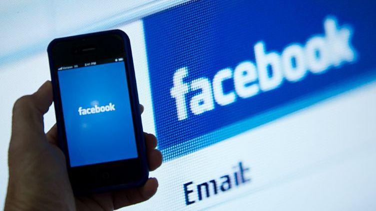Le réseau social Facebook dispose déjà d'une application pour smartphones. (KAREN BLEIER / AFP)