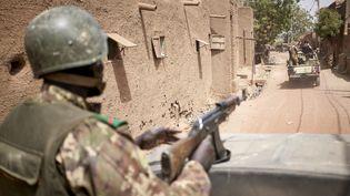 Des militaires maliens en patrouille dans le centre du pays, le 28 février 2020 (MICHELE CATTANI / AFP)
