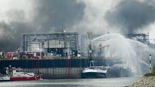 Une explosion a eu lieu sur lesite du chimiste BASF, dans le port fluvial de Ludwigshafen dans l'ouest de l'Allemagne, lundi 17 octobre. (RALPH ORLOWSKI / REUTERS)